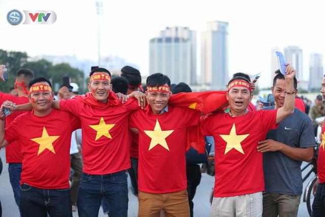 ĐT Việt Nam – ĐT Malaysia: Rực rỡ sắc màu CĐV trước trận đấu - Ảnh 1.
