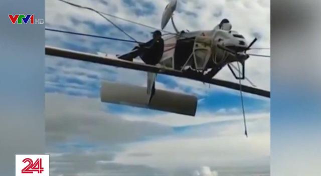 Máy bay Italy treo lộn ngược, lơ lửng trên cáp treo - Ảnh 3.