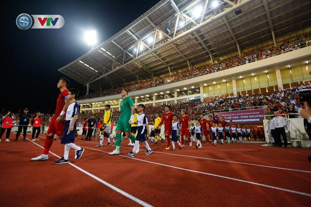 ẢNH: Khoảnh khắc thiên tài của Quang Hải giúp ĐT Việt Nam thắng ĐT Malaysia - Ảnh 1.