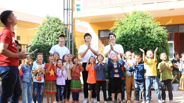 Nhã Phương, Lê Cát Trọng Lý xuất hiện giản dị trong chuyến đi từ thiện Cả nước chung tay vì người nghèo - Ảnh 7.