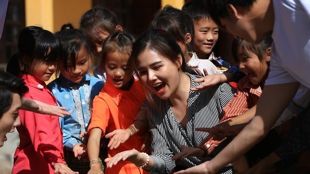 Nhã Phương, Lê Cát Trọng Lý xuất hiện giản dị trong chuyến đi từ thiện Cả nước chung tay vì người nghèo - Ảnh 6.