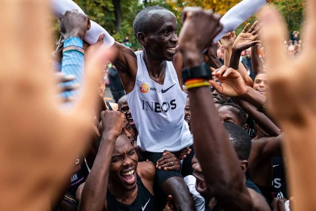 VĐV Eliud Kipchoge trở thành người đầu tiên chinh phục đường đua marathon dưới 2 giờ - Ảnh 5.