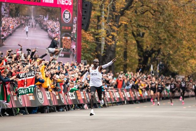VĐV Eliud Kipchoge trở thành người đầu tiên chinh phục đường đua marathon dưới 2 giờ - Ảnh 2.