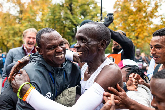 VĐV Eliud Kipchoge trở thành người đầu tiên chinh phục đường đua marathon dưới 2 giờ - Ảnh 4.