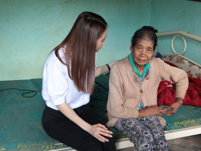 Nhã Phương, Lê Cát Trọng Lý xuất hiện giản dị trong chuyến đi từ thiện Cả nước chung tay vì người nghèo - Ảnh 3.