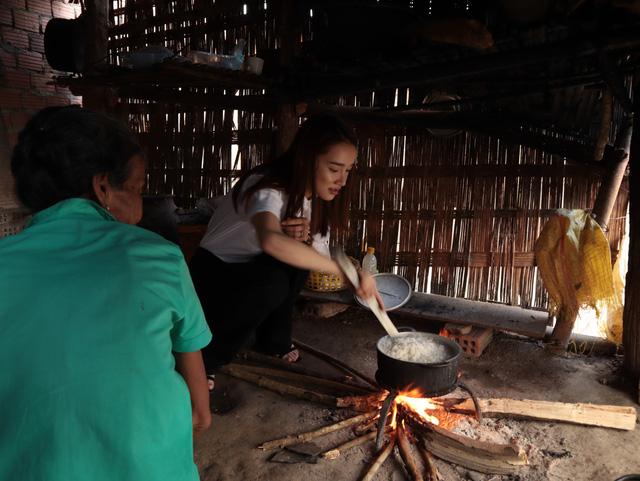 Nhã Phương, Lê Cát Trọng Lý xuất hiện giản dị trong chuyến đi từ thiện Cả nước chung tay vì người nghèo - Ảnh 2.