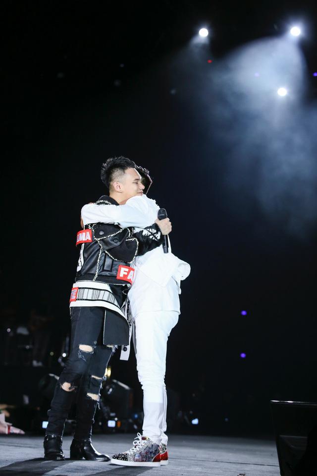 Tuấn Hưng hôn má Khắc Việt,  mang con trai Su Hào lên sân khấu - Ảnh 7.