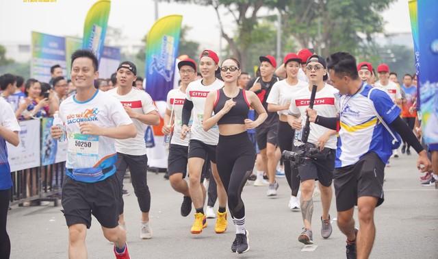 Minh Hằng cá tính tham gia chạy tại Revive Marathon xuyên Việt - Ảnh 3.