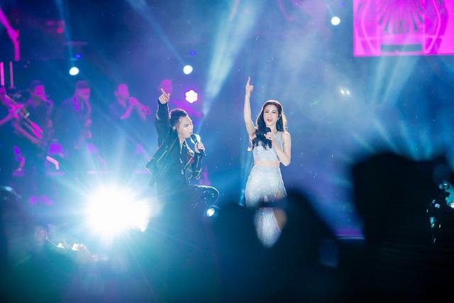 Đông Nhi bất ngờ được tổ chức sinh nhật ngay trên sân khấu Hà Nội - Ảnh 5.