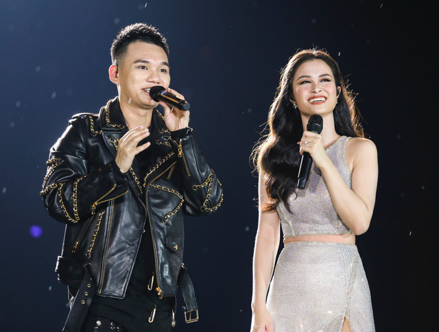 Đông Nhi bất ngờ được tổ chức sinh nhật ngay trên sân khấu Hà Nội - Ảnh 4.