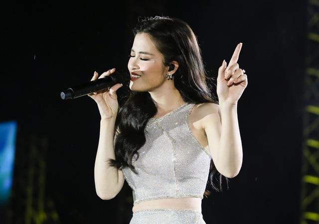 Đông Nhi bất ngờ được tổ chức sinh nhật ngay trên sân khấu Hà Nội - Ảnh 7.