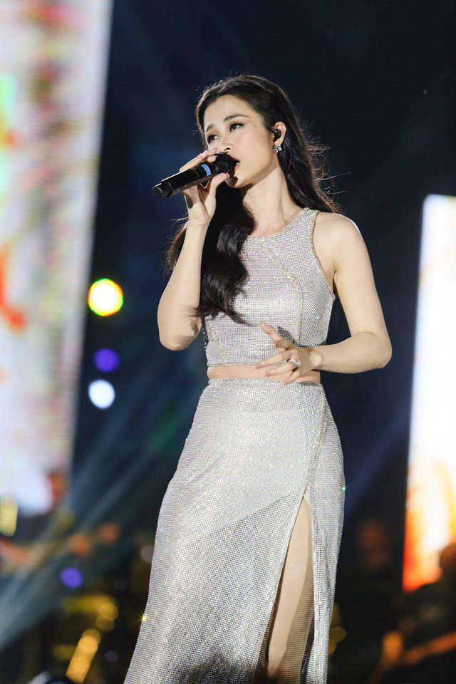 Đông Nhi bất ngờ được tổ chức sinh nhật ngay trên sân khấu Hà Nội - Ảnh 6.
