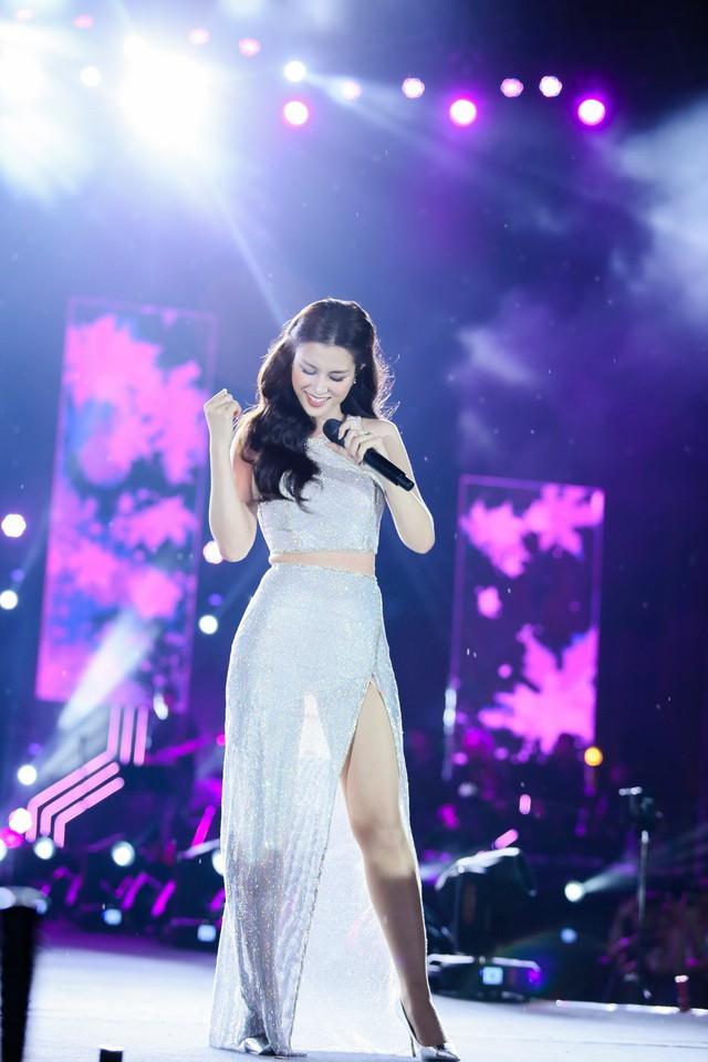 Đông Nhi bất ngờ được tổ chức sinh nhật ngay trên sân khấu Hà Nội - Ảnh 8.
