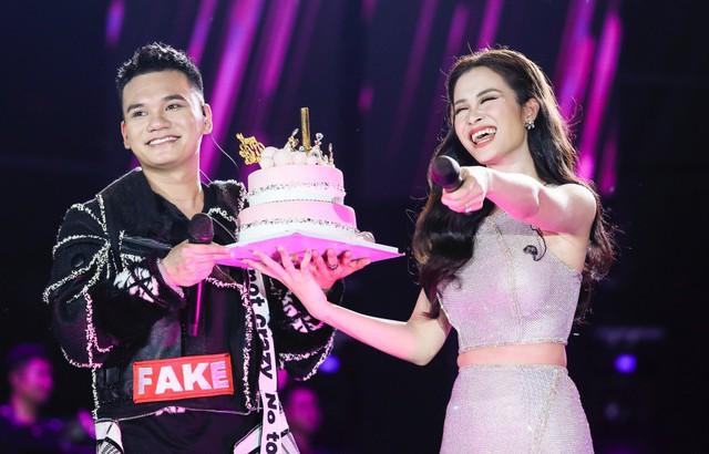 Đông Nhi bất ngờ được tổ chức sinh nhật ngay trên sân khấu Hà Nội - Ảnh 13.
