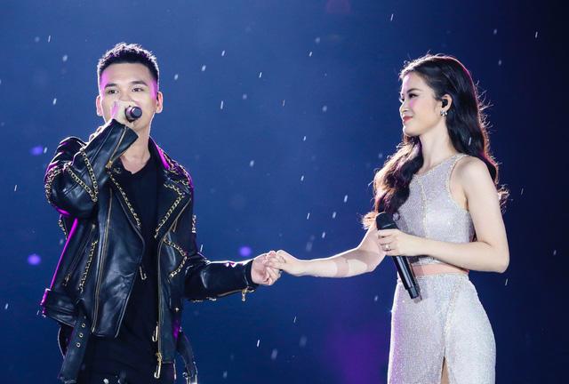Đông Nhi bất ngờ được tổ chức sinh nhật ngay trên sân khấu Hà Nội - Ảnh 1.