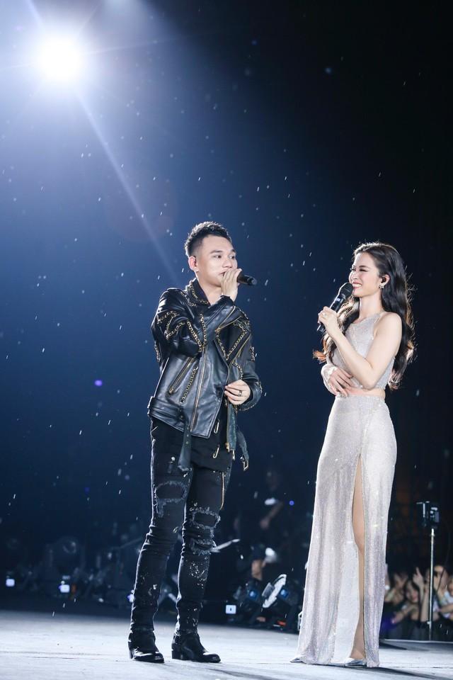 Đông Nhi bất ngờ được tổ chức sinh nhật ngay trên sân khấu Hà Nội - Ảnh 2.