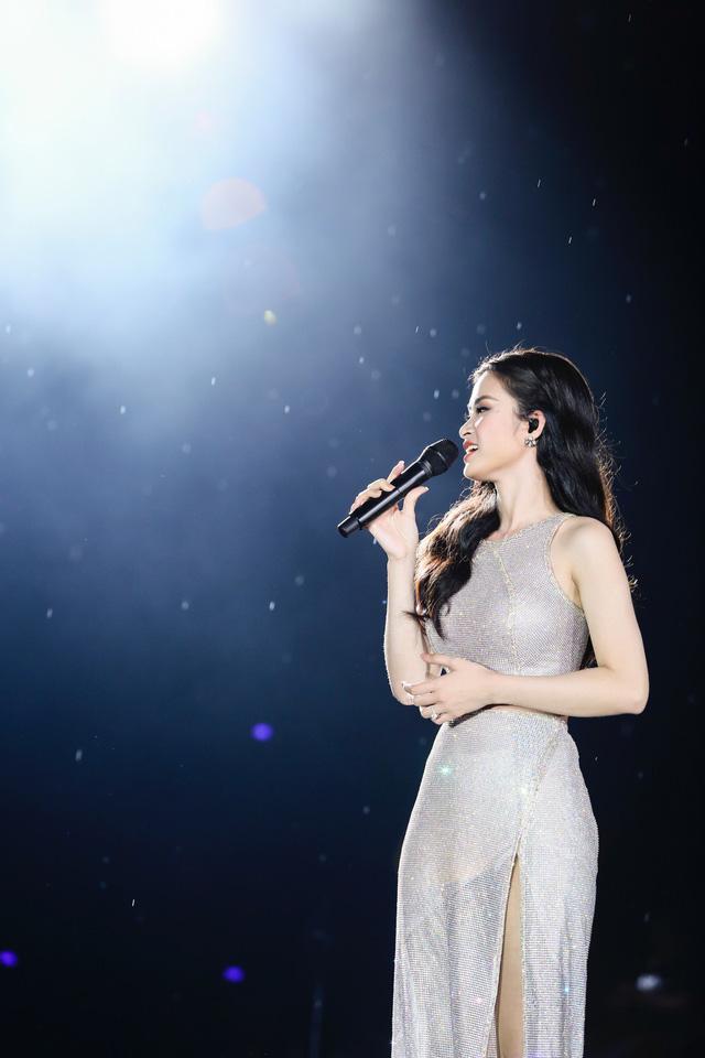Đông Nhi bất ngờ được tổ chức sinh nhật ngay trên sân khấu Hà Nội - Ảnh 12.