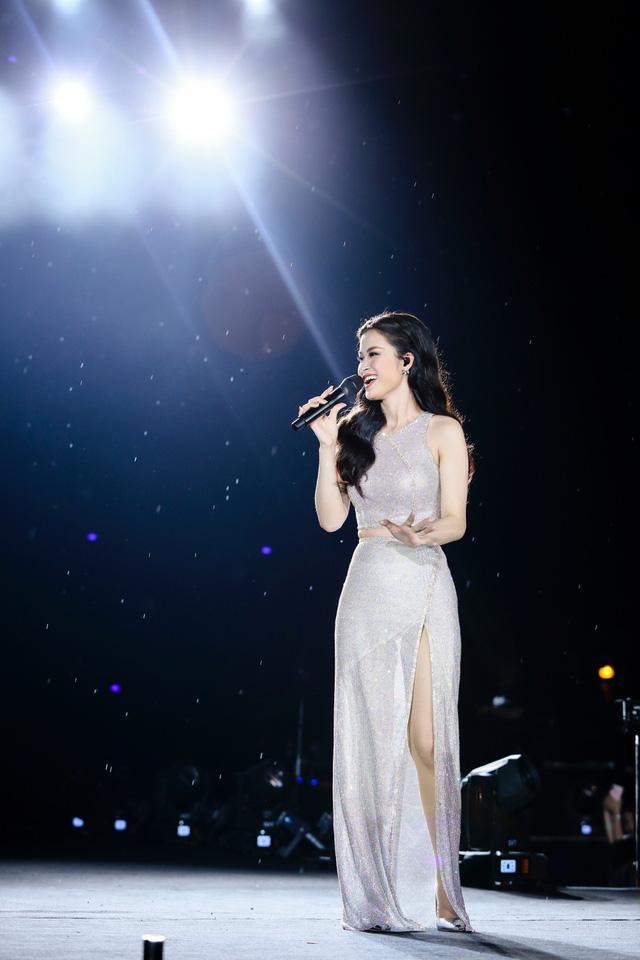 Đông Nhi bất ngờ được tổ chức sinh nhật ngay trên sân khấu Hà Nội - Ảnh 11.