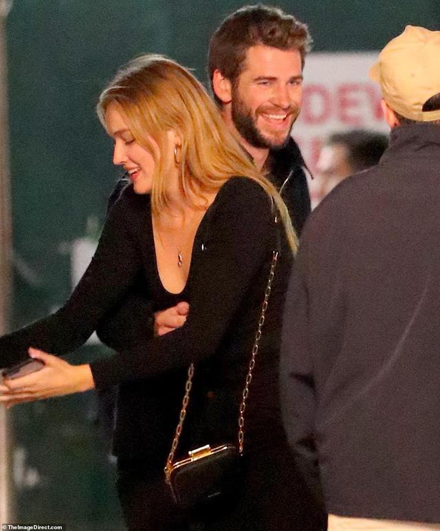 Sau Miley Cyrus, đến lượt Liam Hemsworth công khai hẹn hò tình mới - Ảnh 1.