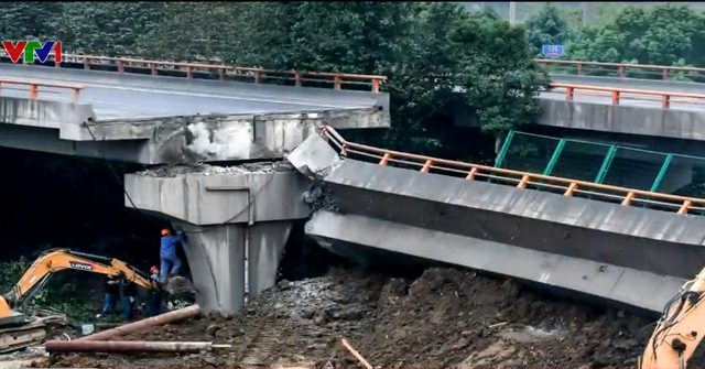 Xe tải chở vượt tải trọng làm sập cầu ở Trung Quốc, 3 người thiệt mạng - Ảnh 1.