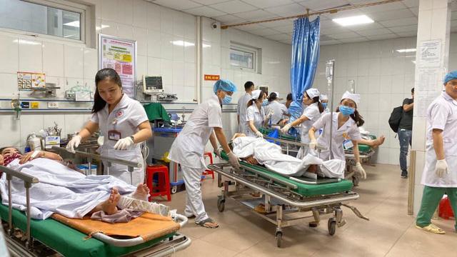 Tai nạn giao thông nghiêm trọng tại Nghệ An: Khẩn trương cấp cứu hàng chục nạn nhân - Ảnh 1.