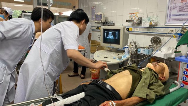 Tai nạn giao thông nghiêm trọng tại Nghệ An: Khẩn trương cấp cứu hàng chục nạn nhân - Ảnh 2.