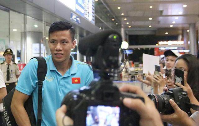 ĐT Việt Nam về nước trong sự chào đón của người hâm mộ - Ảnh 2.