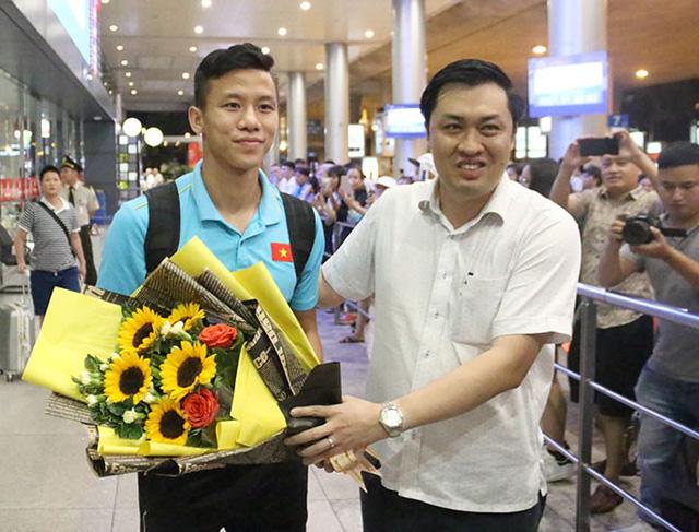 ĐT Việt Nam về nước trong sự chào đón của người hâm mộ - Ảnh 3.