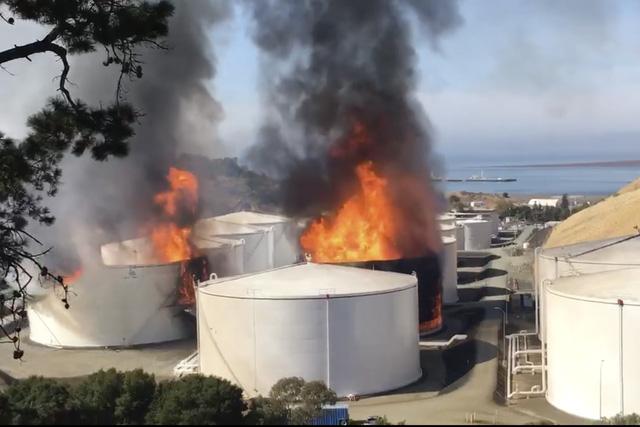 Nổ gây cháy lớn tại nhà máy lọc dầu bang California, Mỹ - Ảnh 1.