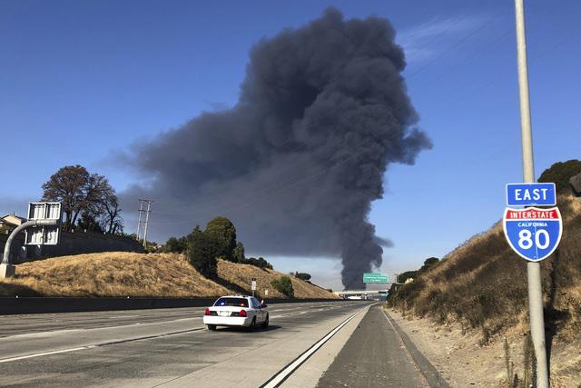 Nổ gây cháy lớn tại nhà máy lọc dầu bang California, Mỹ - Ảnh 2.