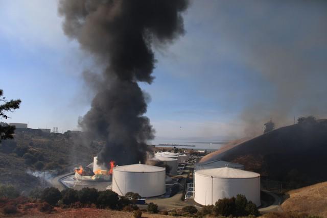 Nổ gây cháy lớn tại nhà máy lọc dầu bang California, Mỹ - Ảnh 3.