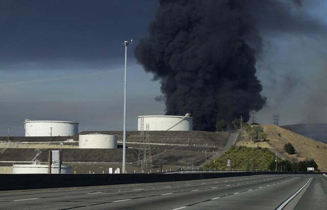 Nổ gây cháy lớn tại nhà máy lọc dầu bang California, Mỹ - Ảnh 5.