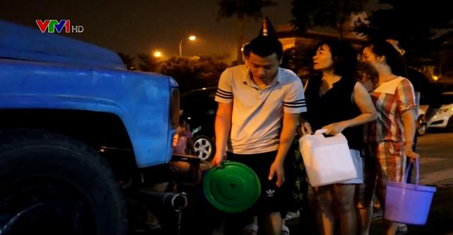 Người dân Hà Nội xếp hàng lấy nước sạch lúc nửa đêm - Ảnh 1.