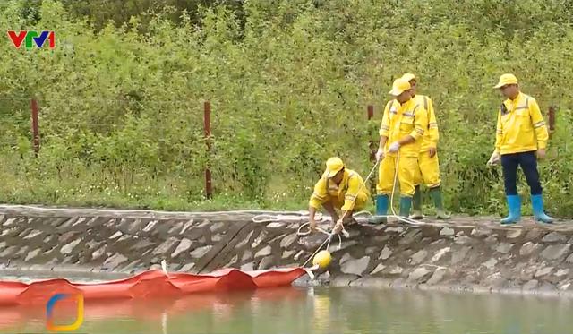 Công ty Nước sạch Sông Đà xử lý ô nhiễm dầu - Ảnh 1.
