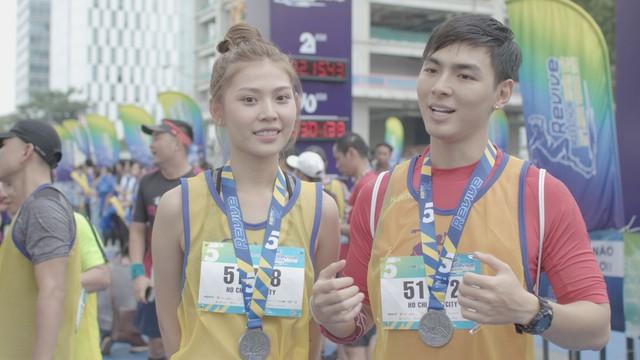 Vừa trở về từ LHP Busan, Quốc Anh bị chị đẹp Mlee rủ rê chạy marathon - Ảnh 4.