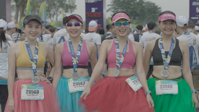 Vừa trở về từ LHP Busan, Quốc Anh bị chị đẹp Mlee rủ rê chạy marathon - Ảnh 1.
