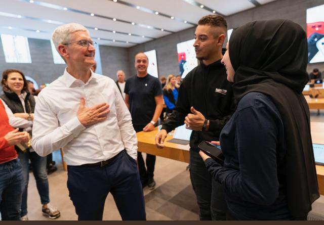 CEO Tim Cook: Apple luôn cố gắng giữ giá iPhone ở mức thấp nhất! - Ảnh 1.