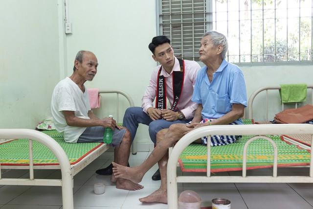 Hoa hậu Hà Kiều Anh sánh vai Quán quân Mister Việt Nam Phạm Minh Quyền thăm người già neo đơn - Ảnh 3.