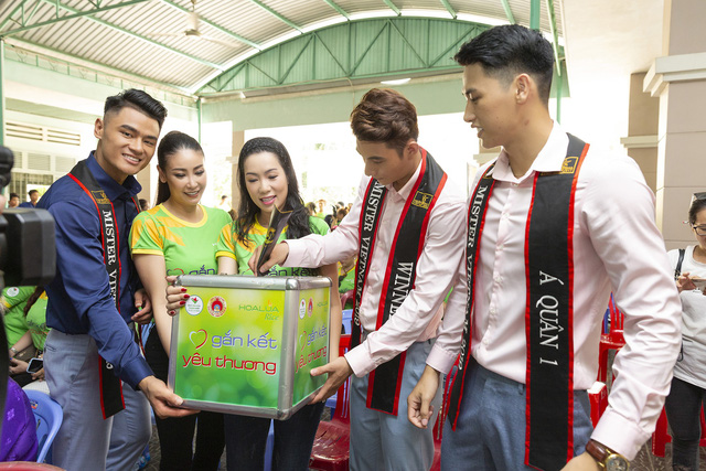 Hoa hậu Hà Kiều Anh sánh vai Quán quân Mister Việt Nam Phạm Minh Quyền thăm người già neo đơn - Ảnh 1.