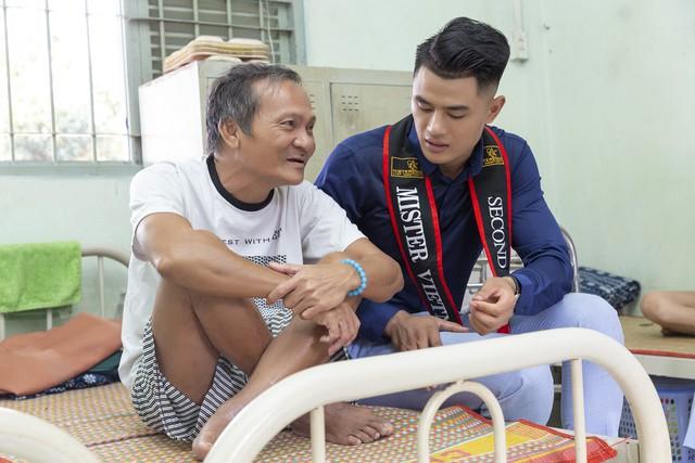 Hoa hậu Hà Kiều Anh sánh vai Quán quân Mister Việt Nam Phạm Minh Quyền thăm người già neo đơn - Ảnh 2.