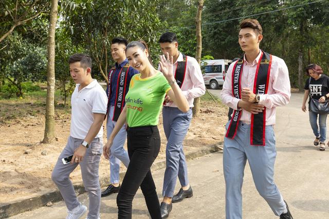 Hoa hậu Hà Kiều Anh sánh vai Quán quân Mister Việt Nam Phạm Minh Quyền thăm người già neo đơn - Ảnh 6.