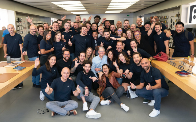 CEO Tim Cook: Apple luôn cố gắng giữ giá iPhone ở mức thấp nhất! - Ảnh 2.