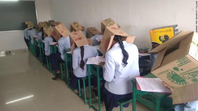 Hình ảnh học sinh phải đội thùng carton để chống gian lận thi cử khiến nhiều người phẫn nộ - Ảnh 2.