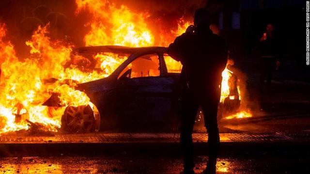 Ba người chết trong vụ cháy siêu thị giữa bạo loạn ở Chile - Ảnh 1.