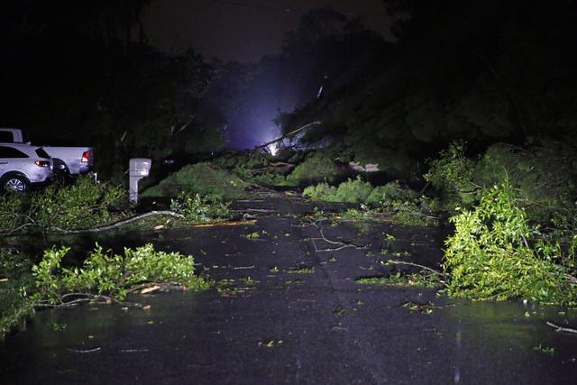 Bão mạnh tiếp tục gây mất điện cho hàng trăm nghìn nhà ở Mỹ - Ảnh 6.