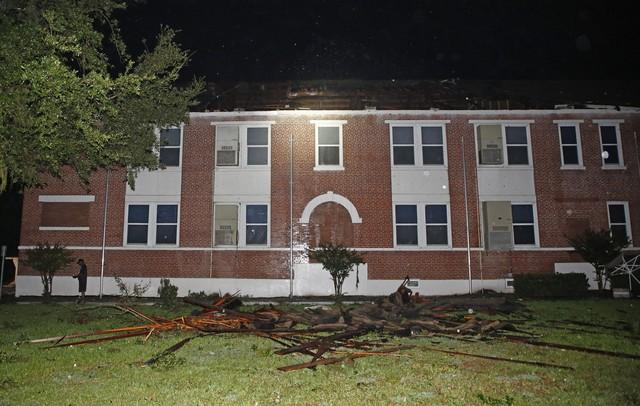 Bão mạnh tiếp tục gây mất điện cho hàng trăm nghìn nhà ở Mỹ - Ảnh 5.