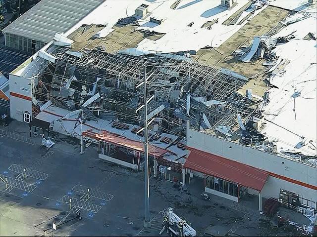 Bão mạnh tiếp tục gây mất điện cho hàng trăm nghìn nhà ở Mỹ - Ảnh 3.