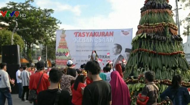Ăn mừng Tổng thống Joko Widodo tái đắc cử, người dân Indonesia dựng tháp thực phẩm 7m - Ảnh 1.