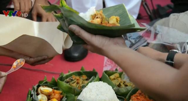 Ăn mừng Tổng thống Joko Widodo tái đắc cử, người dân Indonesia dựng tháp thực phẩm 7m - Ảnh 2.