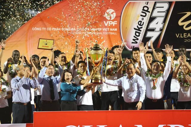 CLB Hà Nội tưng bừng nâng cúp vô địch V.League 2019 - Ảnh 3.